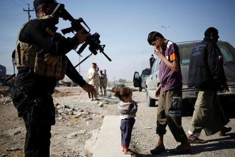 Chien dich danh IS o Mosul: Quan doi Iraq sat san bay Mosul - Anh 10
