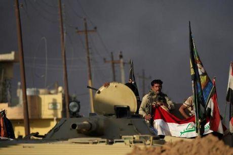 Chien dich danh IS o Mosul: Quan doi Iraq sat san bay Mosul - Anh 12