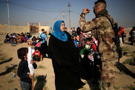 Chien dich danh IS o Mosul: Quan doi Iraq sat san bay Mosul - Anh 6