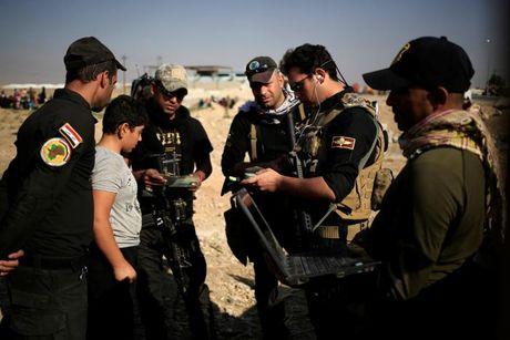 Chien dich danh IS o Mosul: Quan doi Iraq sat san bay Mosul - Anh 7