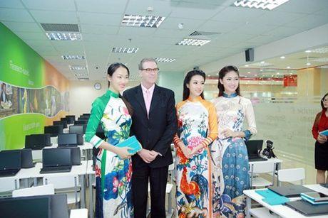 """Hoa hau My Linh, A hau Thanh Tu do tai noi tieng Anh """"nhu gio"""" - Anh 6"""