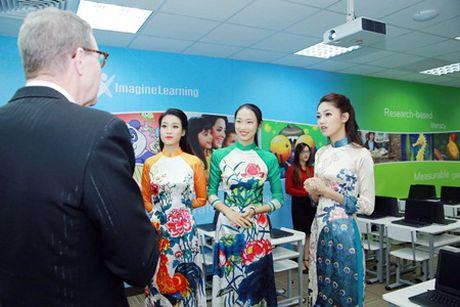 """Hoa hau My Linh, A hau Thanh Tu do tai noi tieng Anh """"nhu gio"""" - Anh 7"""