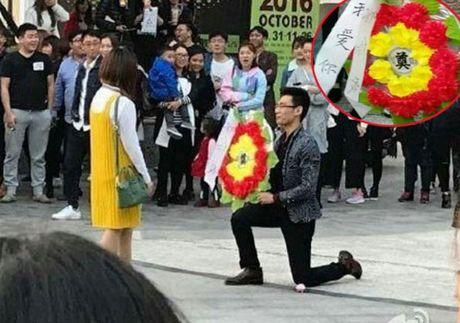 Cai ket dang cho chang trai mang 'vong hoa tang' di to tinh ban gai - Anh 1