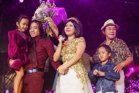 Viet Huong bat khoc khi hang ngan khan gia doi mua xem 'Huong Show' - Anh 1
