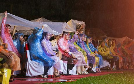 Viet Huong bat khoc khi hang ngan khan gia doi mua xem 'Huong Show' - Anh 3