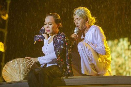 Viet Huong bat khoc khi hang ngan khan gia doi mua xem 'Huong Show' - Anh 9