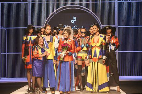 Phi Phuong Anh do catwalk cung Hoang Thuy - Anh 3
