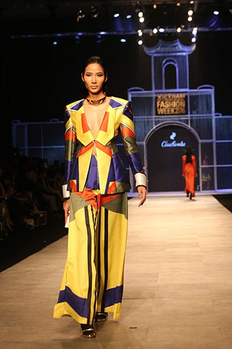 Phi Phuong Anh do catwalk cung Hoang Thuy - Anh 6