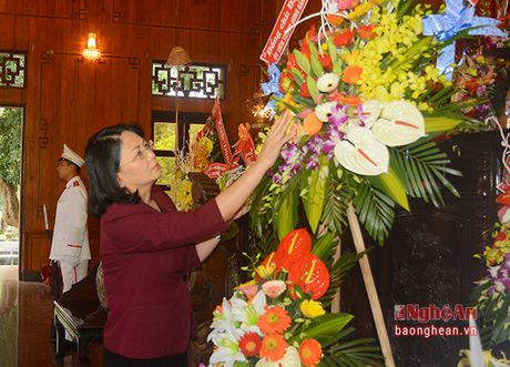 Pho Chu tich nuoc Dang Thi Ngoc Thinh dang hoa tai Khu di tich Kim Lien - Anh 2