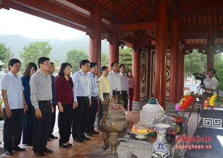 Pho Chu tich nuoc Dang Thi Ngoc Thinh dang hoa tai Khu di tich Kim Lien - Anh 5