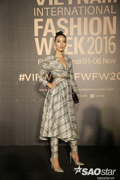 Tham do VIFW #day5: Hoang Ku sanh dieu ngai chi hang hieu, Jolie sexy voi menswear khong noi y - Anh 15