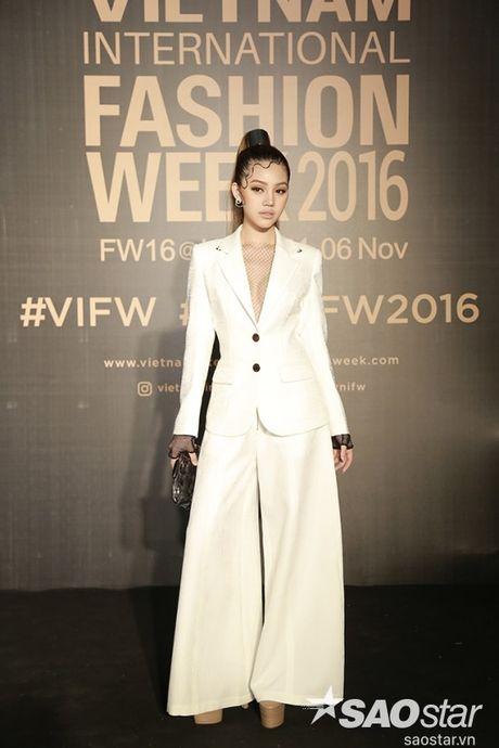 Tham do VIFW #day5: Hoang Ku sanh dieu ngai chi hang hieu, Jolie sexy voi menswear khong noi y - Anh 9