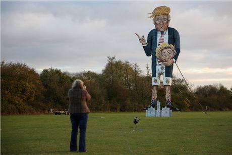 Nguoi dan Anh dot hinh nom ong Trump cao 11 m trong le hoi - Anh 2