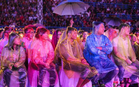 Viet Huong khoc vi hang chuc nghin khan gia dam mua xem show - Anh 8