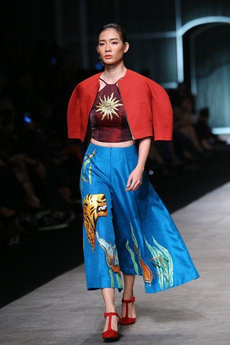 Dan mau Next Top trinh dien khong noi y tren san catwalk - Anh 10