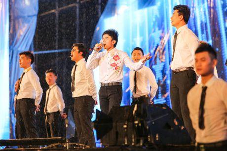 Vo chong Viet Huong hon nhau nong nan trong live show - Anh 10