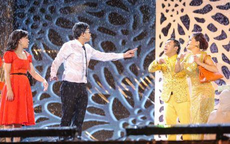 Vo chong Viet Huong hon nhau nong nan trong live show - Anh 11