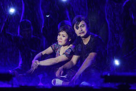 Vo chong Viet Huong hon nhau nong nan trong live show - Anh 13