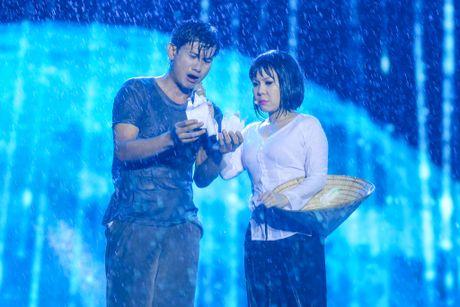 Vo chong Viet Huong hon nhau nong nan trong live show - Anh 16