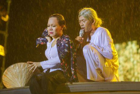 Vo chong Viet Huong hon nhau nong nan trong live show - Anh 17