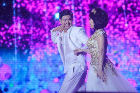 Vo chong Viet Huong hon nhau nong nan trong live show - Anh 18
