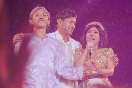 Vo chong Viet Huong hon nhau nong nan trong live show - Anh 19
