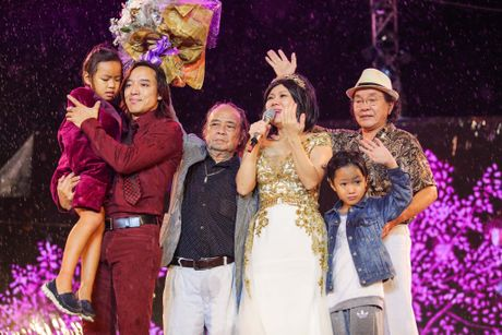 Vo chong Viet Huong hon nhau nong nan trong live show - Anh 1