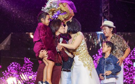 Vo chong Viet Huong hon nhau nong nan trong live show - Anh 2