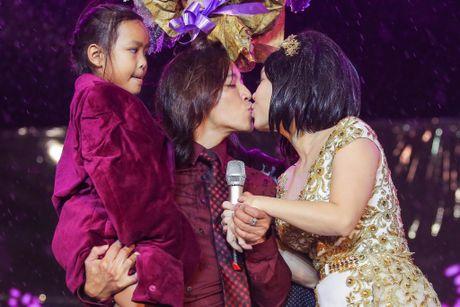 Vo chong Viet Huong hon nhau nong nan trong live show - Anh 3