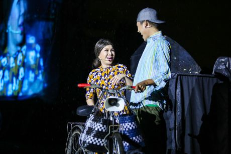 Vo chong Viet Huong hon nhau nong nan trong live show - Anh 7