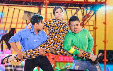 Vo chong Viet Huong hon nhau nong nan trong live show - Anh 8