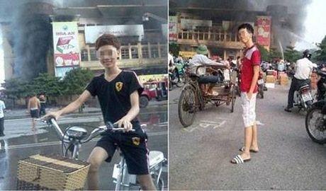 Chang trai than nhien chup selfie ben ngoi nha dang chay - Anh 2