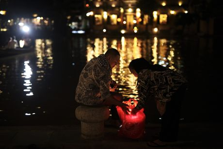 Ghe thuyen vao pho co Hoi An ngay ngap nuoc - Anh 12