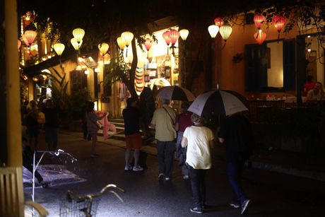 Ghe thuyen vao pho co Hoi An ngay ngap nuoc - Anh 13