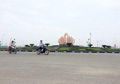 Thi the nguoi dan ong trong dai phun nuoc - Anh 1