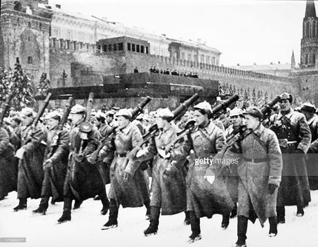 Hinh anh xuc dong ve cuoc duyet binh huyen thoai ngay 7/11/1941 - Anh 1