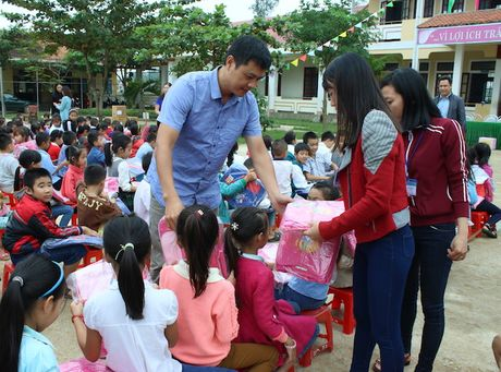 Quang Binh: Chia se kho khan cung hoc sinh vung lu - Anh 3
