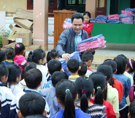 Quang Binh: Chia se kho khan cung hoc sinh vung lu - Anh 4