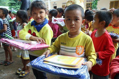 Quang Binh: Chia se kho khan cung hoc sinh vung lu - Anh 5