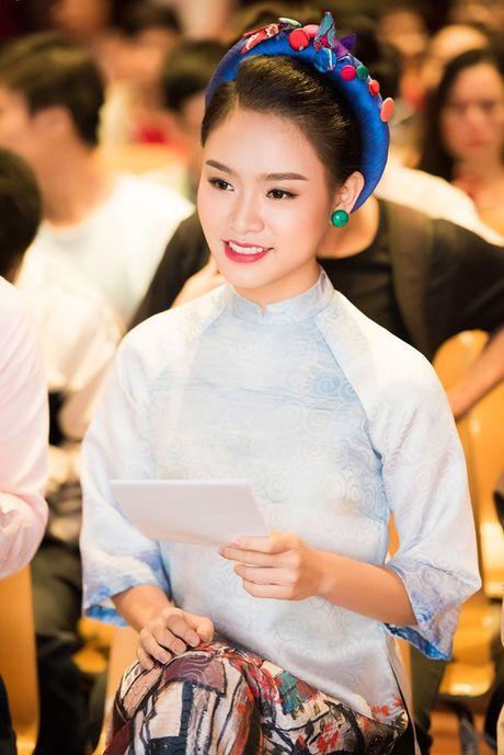 'Nguoi dep truyen thong' Ngoc Van mac ao dai pho co lam MC - Anh 3