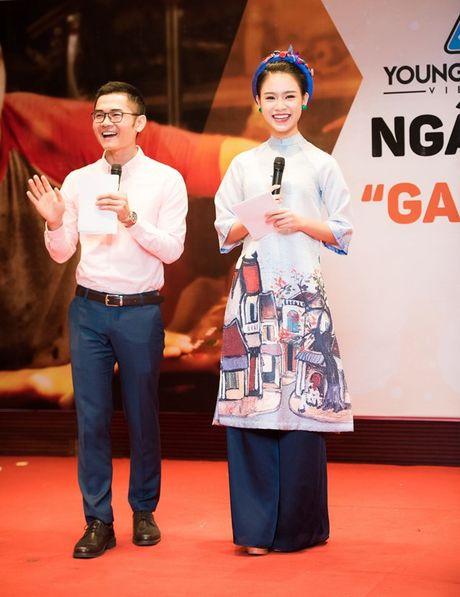 'Nguoi dep truyen thong' Ngoc Van mac ao dai pho co lam MC - Anh 7