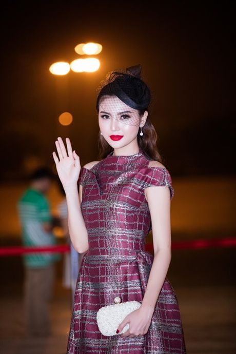 "Hoa hau Ngoc Duyen ""me hoac"" tham do thoi trang voi phong cach quy toc - Anh 1"