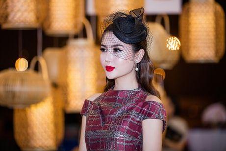 "Hoa hau Ngoc Duyen ""me hoac"" tham do thoi trang voi phong cach quy toc - Anh 2"
