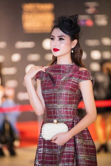 "Hoa hau Ngoc Duyen ""me hoac"" tham do thoi trang voi phong cach quy toc - Anh 3"