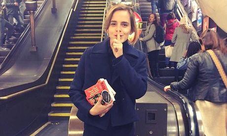 """""""Phu thuy"""" Emma Watson thuc hien """"am muu"""" voi sach - Anh 1"""