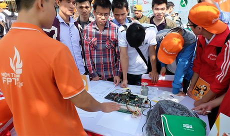 Hon 1.500 sinh vien tiep can co hoi viec lam linh vuc cong nghe - Anh 3