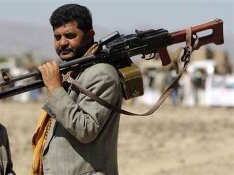 Yemen gianh quyen kiem soat 2 can cu quan su o Saudi Arabia - Anh 1