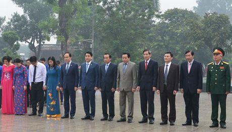 Chu tich UBND Ha Noi Nguyen Duc Chung dang hoa tuong niem tai Tuong dai V.I Lenin - Anh 1