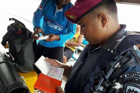Indonesia bat giu 10 cong dan Singapore tren tau ca khong phep - Anh 1