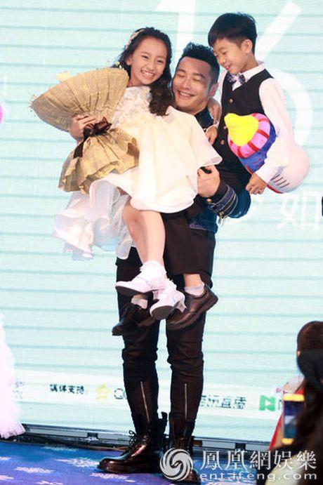 Don sinh nhat cung fan, Huynh Hieu Minh van khong quen 'ninh kheo' ba xa Angela Baby tren san khau - Anh 10